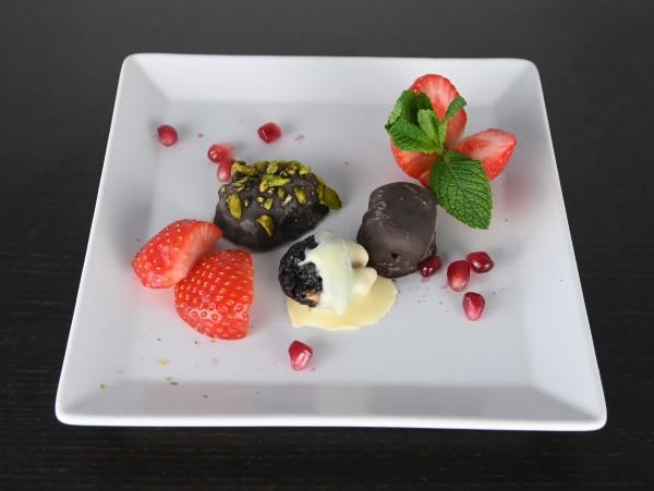 Obst au Chocolat, Dattel gefüllt mit Mandel, Pflaume mit Walnuss, Aprikose mit Pistazie