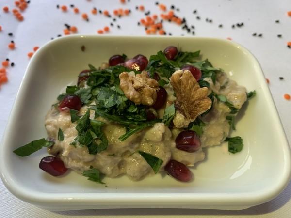 Baba Ghannousch, geräucherte Auberginenmousse mit Wallnüssen, Sesampaste und Granatapfelmelasse