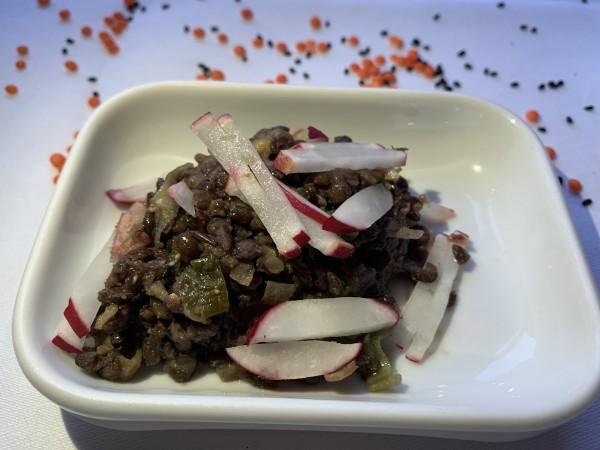 Moujaddra Art des Hauses, pikanter Belugalinsen-Salat