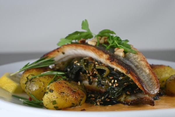 Loup de mer auf Blattspinat, Hummer-Estragon Sauce, Rosmarin-Kartoffeln