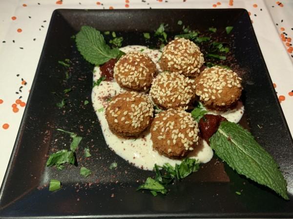 Falafel, Kichererbsen & Kräuter-Medaillons auf Sesam-Petersilie-Vinaigrette
