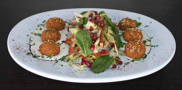 Falafel, Medaillos aus Kichererbsen & Kräuter auf Sesam-Vinaigrette