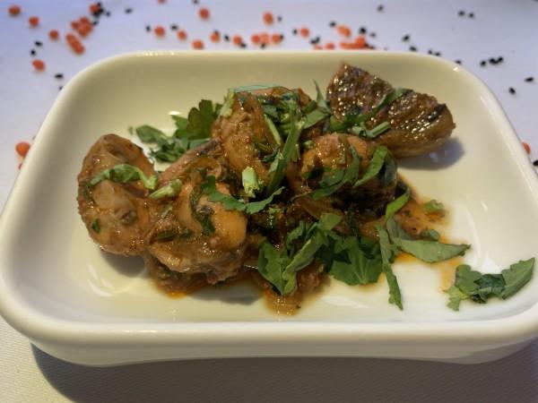 Champignons mit Harissa, Zwiebeln, Knoblauch und Koriander