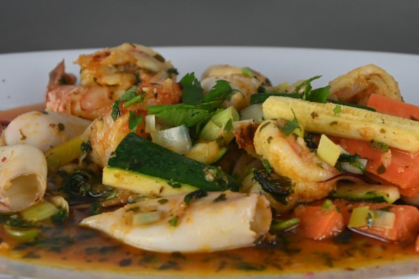 Riesengarnelen & Calamaretti-Gemüsepfanne, Chili, Koriander und Basmati-Reis