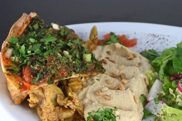 Hähnchen-Giros, Hoummos und Salat à l'orientale mit Zitronen-Olivenöldressing