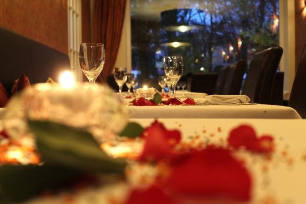 Merguez, Hausgemachte Lammbratwürstchen mit Pinienkernen, Salat mit Granatapfeldressing und Thymian-